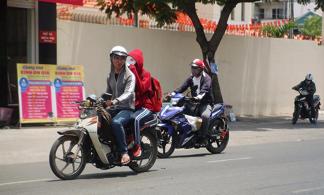 Cả nam và nữ khi ra đường đều phải trùm kín mít để tránh tác hại của ánh nắng.