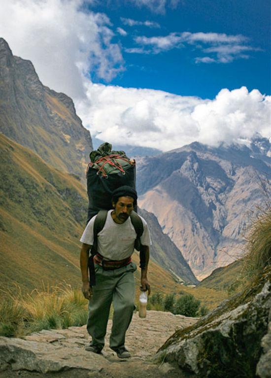 Dọc hai bên đường là cảnh quan thiên nhiên đẹp mắt và rất nhiều di chỉ vốn là những tàn tích còn sót lại của đế chế Inca