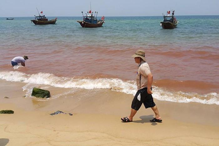 Vệt nước màu đỏ kéo dài 1,5km sát bờ biển Quảng Bình.