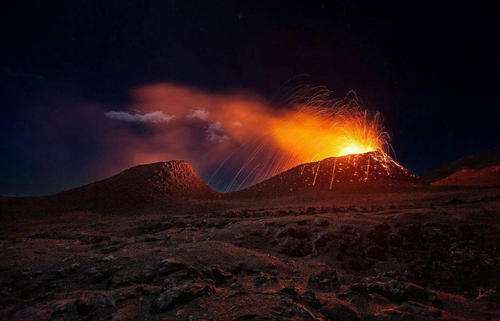 Cảnh tượng núi lửa La Fournaise phun trào dung nham trên đảo Réunion
