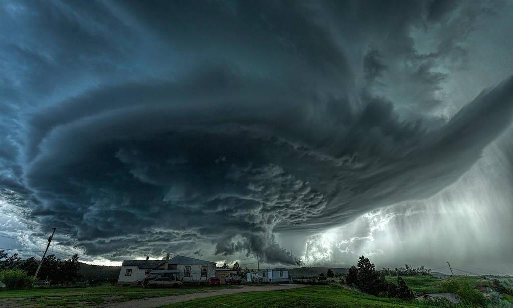 Một cơn bão supercell đáng sợ hình thành trên bầu trời thị trấn Blackhawk, bang South Dakota, Mỹ