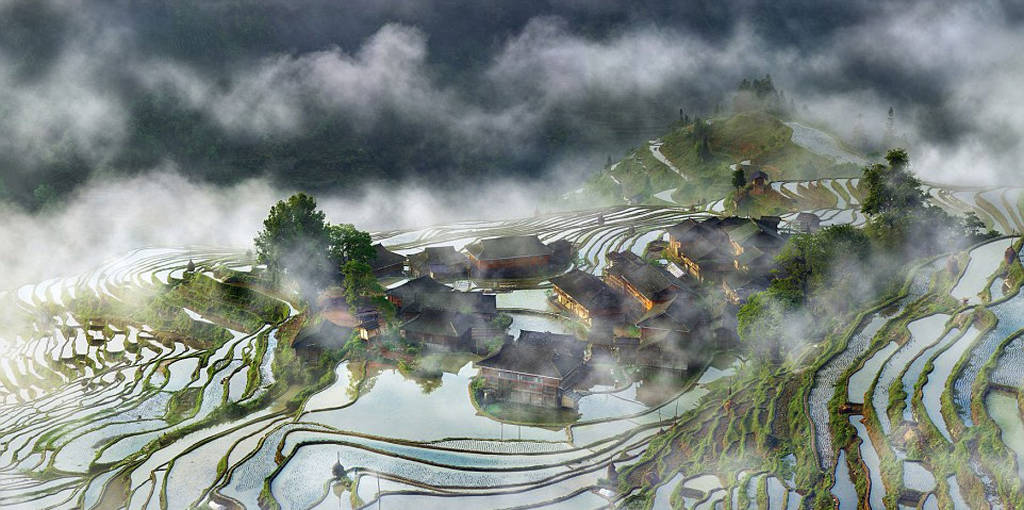Khoảnh khắc sương sớm bao phủ một ngôi làng ở tỉnh Quý Châu, Trung Quốc.