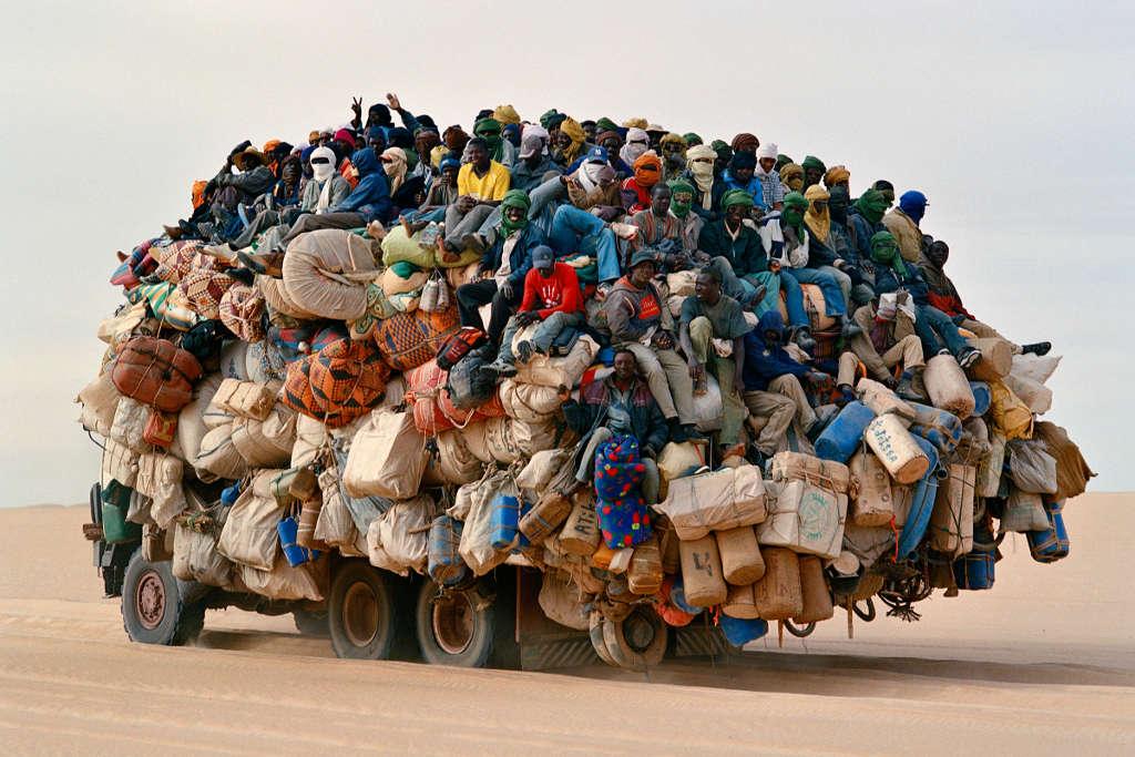 Ai đếm được trên xe có bao nhiều người không?