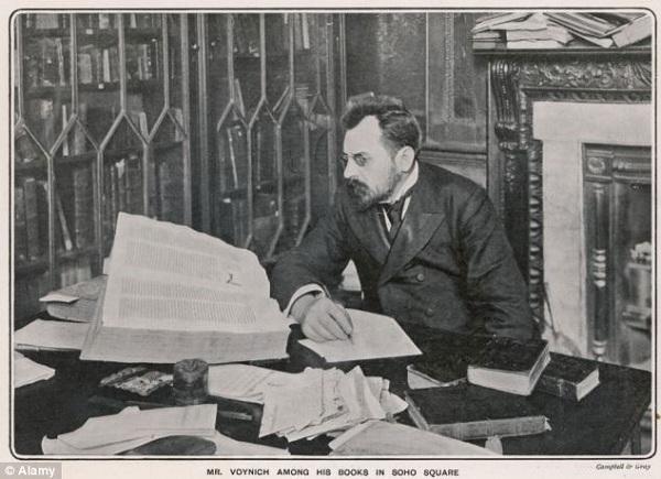 Voynich bên cuốn bản thảo mang tên ông