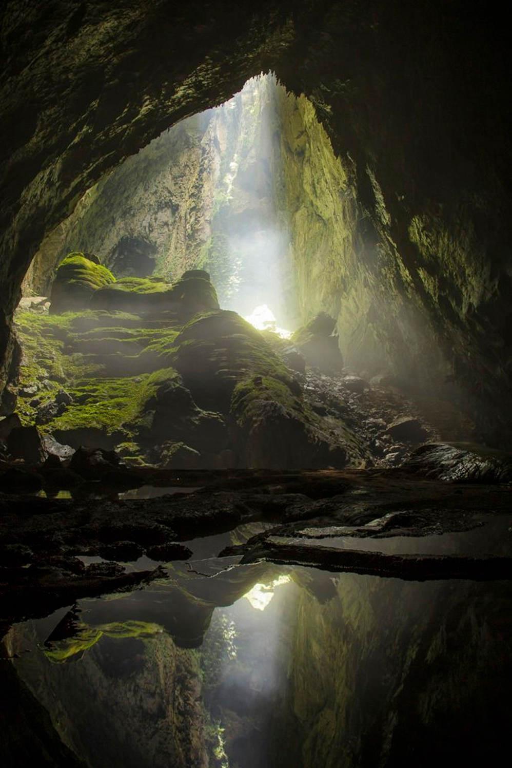 Hố sụt với ánh sáng mặt trời rọi xuống tạo khung cảnh thần tiên, như chỉ có trong phim ảnh
