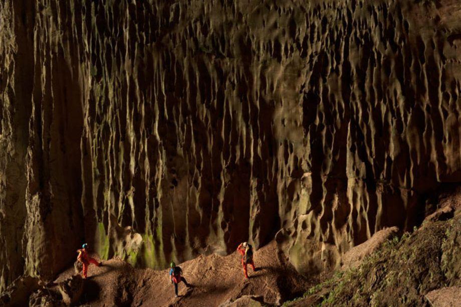 Mảng thạch nhũ này giống như một thác nước hóa đá, với rong rêu bám đầy.
