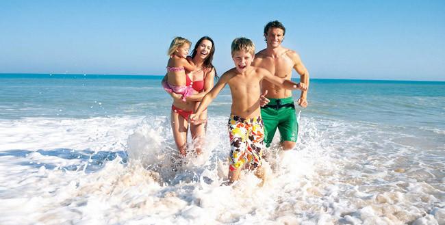 Đi tắm biển là lựa chọn của nhiều người trong mùa hè.