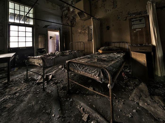 Nhiều giường bệnh lẫn các trang thiết bị y tế bị bỏ lại, nằm lăn lóc, rải rác khắp nơi và bị hủy hoại theo năm tháng khiến nơi đây trở nên đáng sợ
