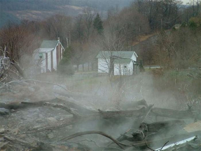 Nguy hiểm rình rập khắp nơi xung quanh thị trấn Centralia bao gồm các loại khí độc hại, đường phố nứt toác, sụp đổ…