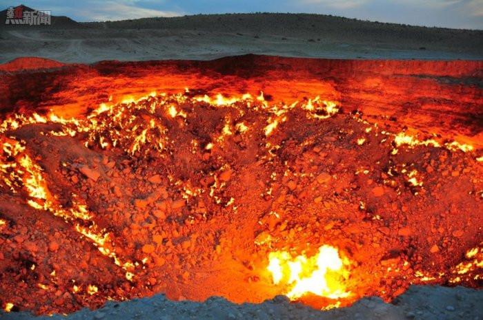Cổng địa ngục là một hố gas tự nhiên có đường kính khoảng 99m, bốc cháy dữ dội suốt 40 năm qua.