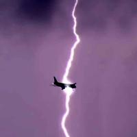 Video: Khoảnh khắc kinh hoàng máy bay trúng sét giữa trời