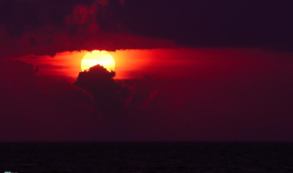 Mặt trời lặn đôi khi trông như một quả cầu lửa, có lúc lại mang màu sắc lòng đỏ một quả trứng.