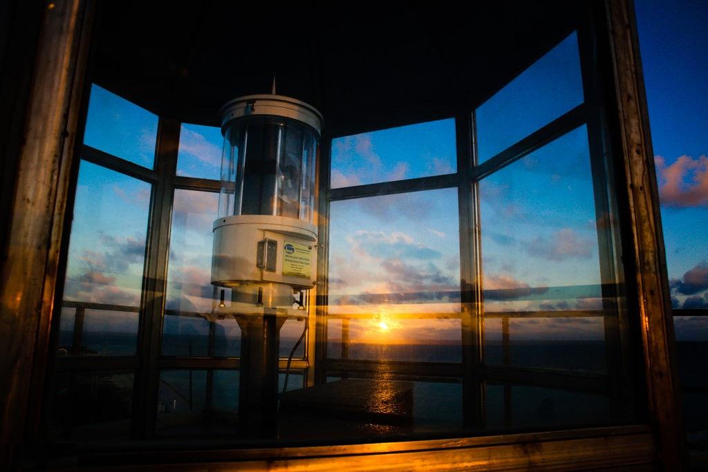 Hải đăng Sinh Tồn được xây dựng năm 2012, có tháp hình vuông màu vàng, chiều cao tháp đèn là 24,9 m. Tầm nhìn xa ban ngày là 15 hải lý, tầm nhìn xa ban đêm là 20 hải lý. Đứng trên hải đăng có thể nhìn thấy đảo Gạc Ma.