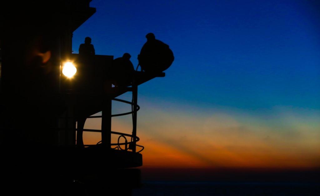 Bình minh đang ửng đỏ trên vùng biển gần đảo Cô Lin.