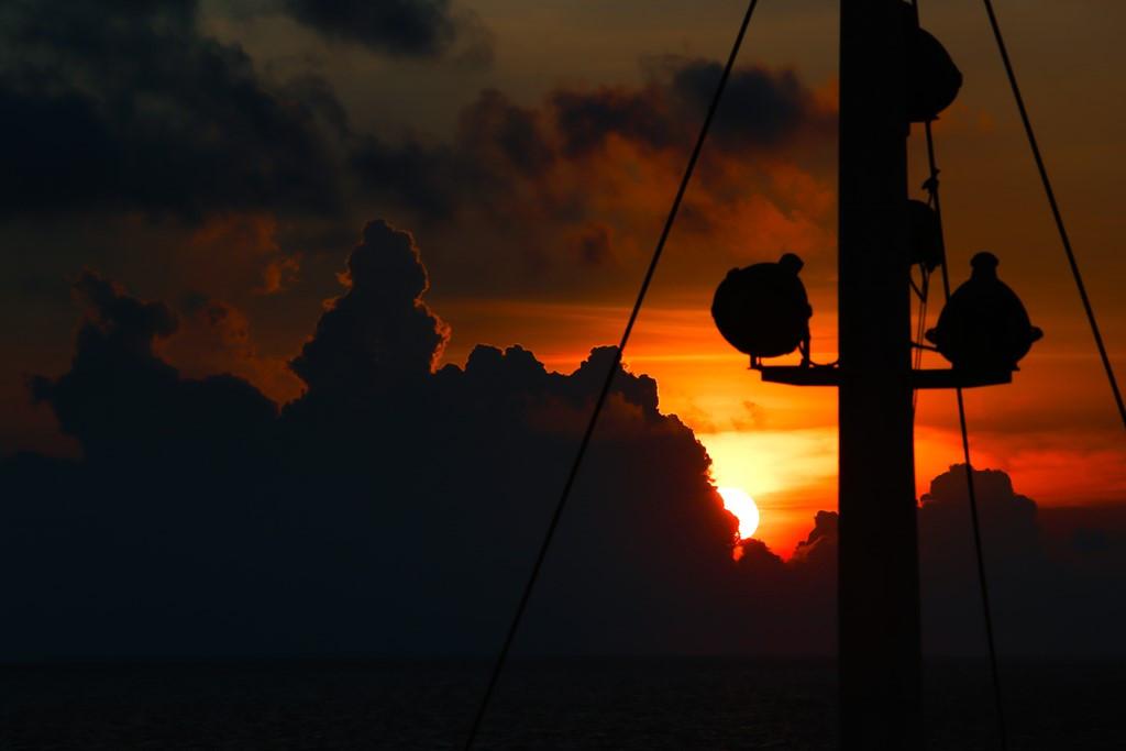 Bình minh trên Biển Đông qua mũi tàu Hải Đăng 05.