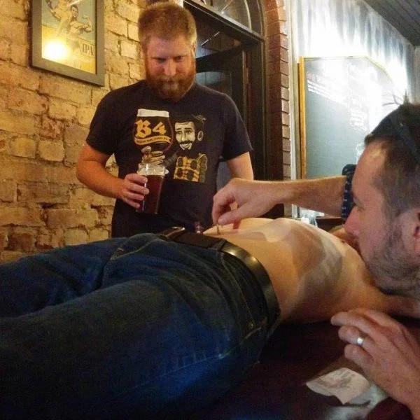 Loại bia kỳ lạ có sử dụng phần lông rốn.