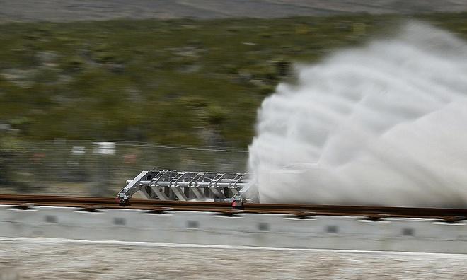 Thử nghiệm diễn ra hôm qua ở Nevada tập trung vào một phần trong thiết kế đầy thách thức, và chạy trên đường tàu thông thường thay vì ống bán chân không để giảm lực cản khí.