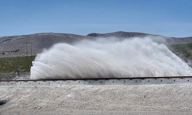 Thử nghiệm diễn ra hôm qua ở Nevada t2aBộ khung trượt chuyển động nhờ lực nam châm phát ra từ các lõi ứng điện xếp thành hàng ở đầu đường chạy.ập trung vào một phần trong thiết kế đầy thách thức, và chạy trên đường tàu thông thường thay vì ống bán chân không để giảm lực cản khí.