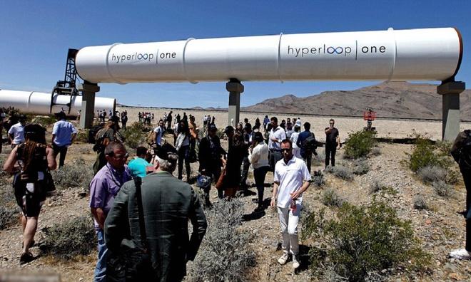 Hyperloop One, một công ty mới thành lập, nhanh chóng nắm bắt ý tưởng của Musk