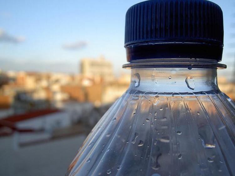 Vi khuẩn tìm thấy trên cổ chai nhựa sử dụng liên tục sau 1 tuần có khả năng gây bệnh cho người trưởng thành.