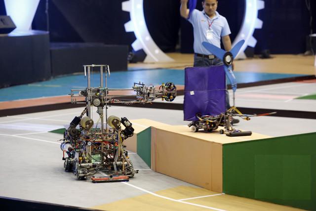 Vòng 1/8 của vòng chung kết cuộc thi Sáng tạo Robot Việt Nam 2016 diễn ra vô cùng kịch tính.