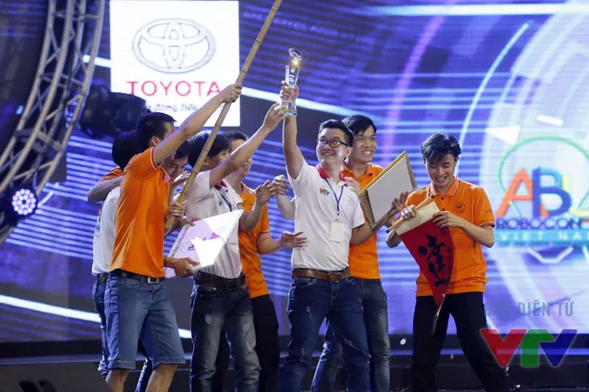 LH - FF đăng quang ngôi vô địch Robocon Việt Nam 2016.