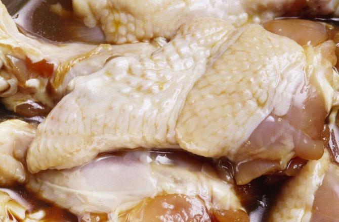 Thịt gà cấp đông quá hạn sử dụng vẫn được thương lái Trung Quốc tuồn vào thị trường.