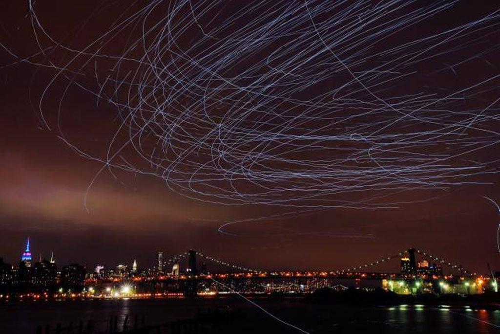 Theo Guardian, buổi biểu diễn nghệ thuật này bắt đầu từ hoàng hôn, kéo dài 30 phút trên dòng sông Đông tại cảng hải quân Brooklyn, New York, Mỹ hôm 7/5.