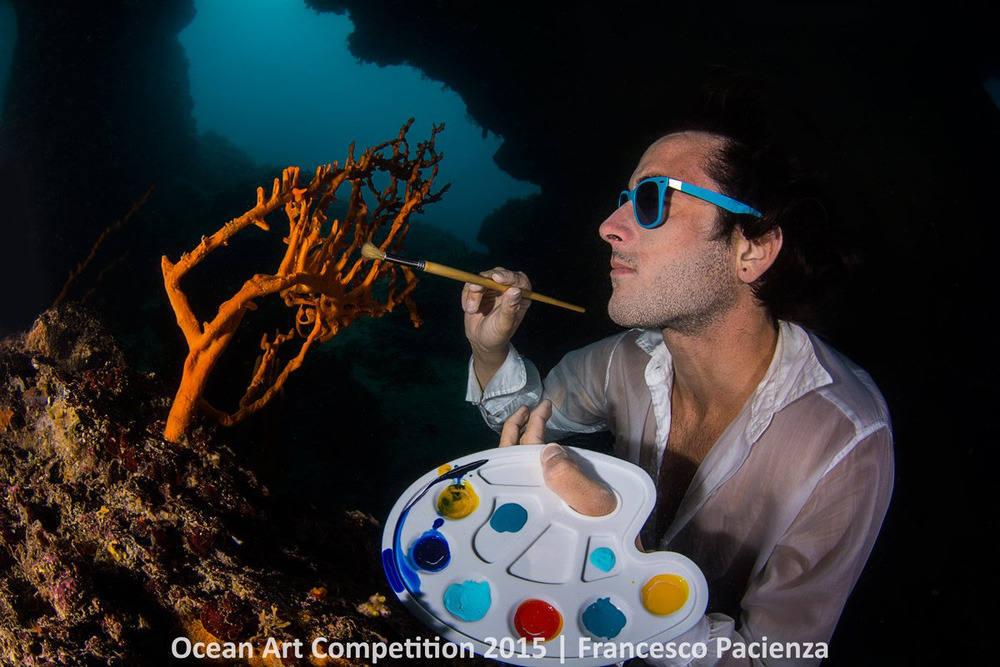 """Francesco Pacienza đã giành giải nhất hạng mục """"Tổng thể tốt nhất"""" cho bức hình mô tả anh ấy đang tô vẽ một đám bọt biển Axinella sâu dưới nước vùng Santa Maria al Bagno, Apulia, Ý."""