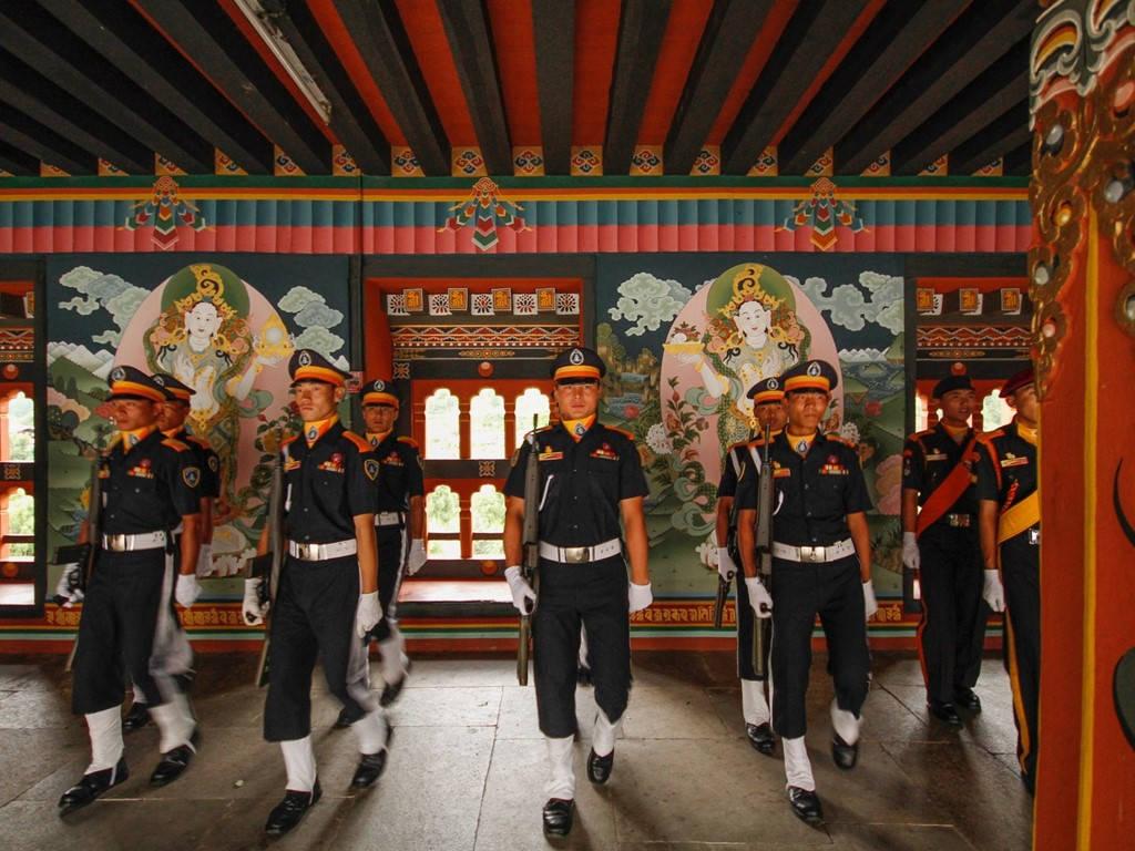 Những người lính sau lễ hạ cờ ở Tashichho Dzong, trung tâm quyền lực của chính phủ Bhutan.