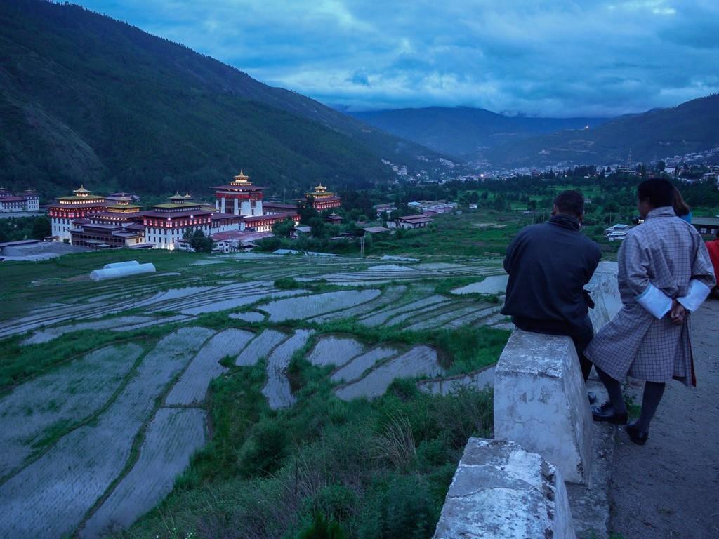 Người dân địa phương ngắm nhìn Tashichho Dzong ở Thimphu vào buổi tối.