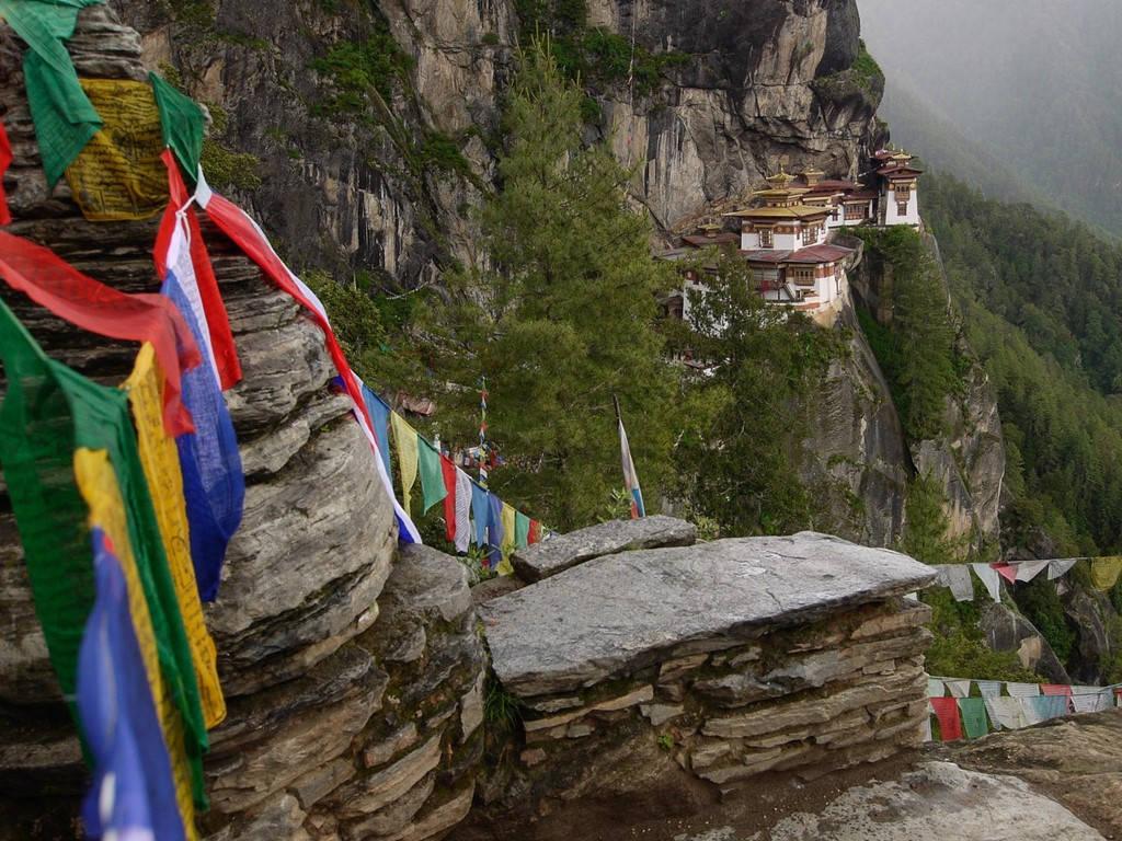 Các lá cờ nguyện treo ở điểm quan sát nhìn ra Taktsang Palphug, tu viện hàng trăm năm tuổi, nơi được coi là biểu tượng quốc gia của Bhutan.