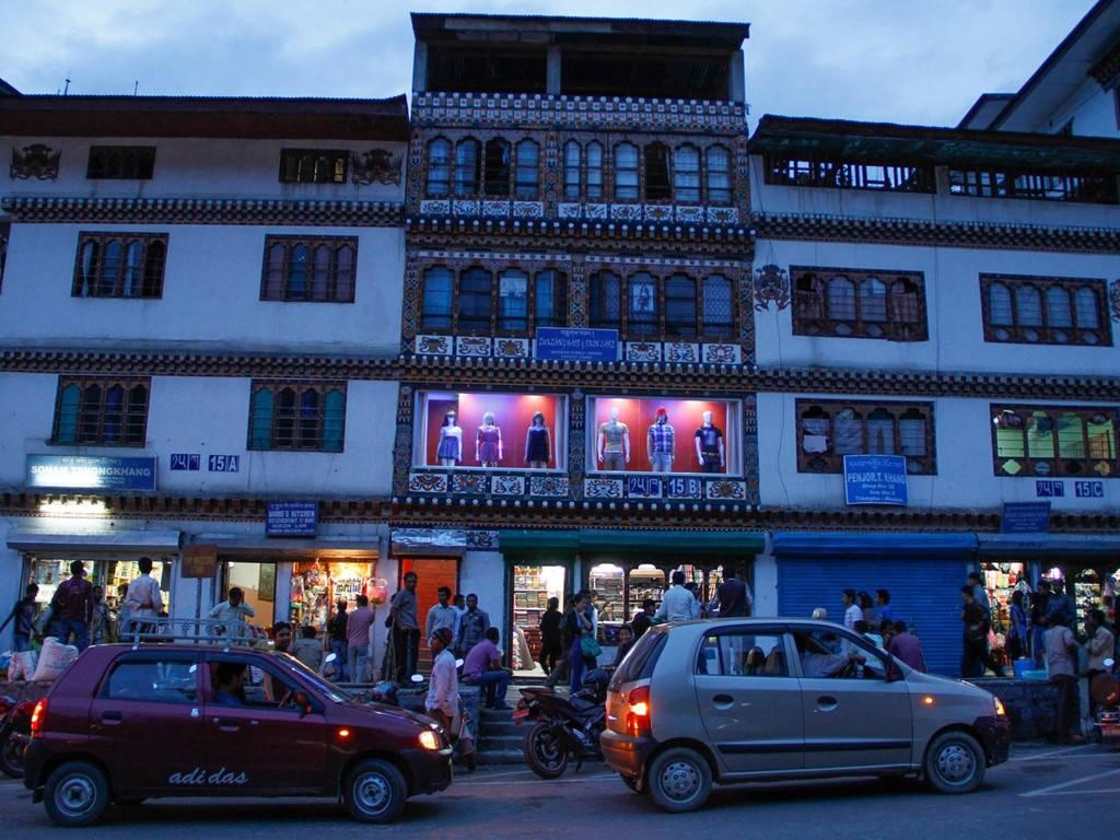 Cửa sổ của các hàng quán ở thủ đô Thimphu bán hàng hóa hiện đại, nhưng kiến trúc nhà vẫn theo kiểu truyền thống.