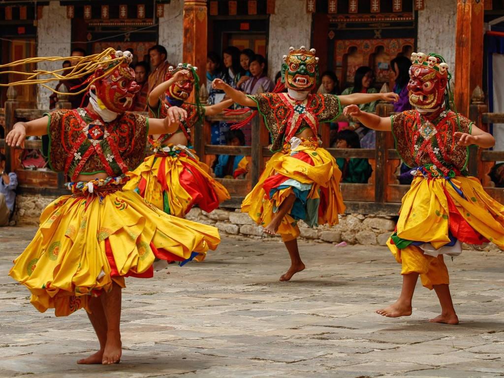 Các nhà sư biểu diễn một điệu nhảy ở lễ hội tại Bumthang, vùng trung tâm Bhutan.