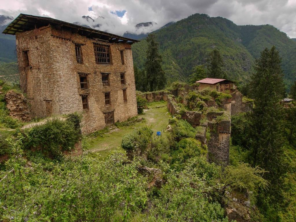 Di tích Drukgyel Dzong, trước đây là một pháo đài và tu viện, nằm giữa những sườn đồi của thị trấn Paro, phía tây Bhutan.