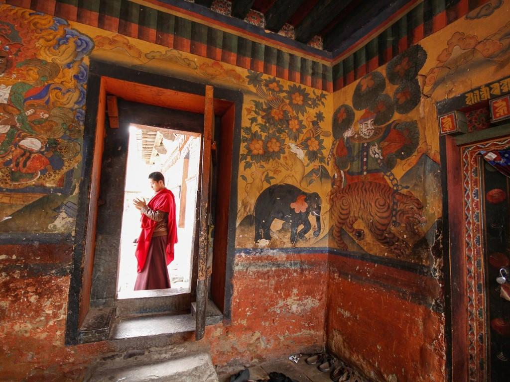 Nhà sư chỉnh sửa trang phục trước khi vào tu viện ở trung tâm Bhutan.