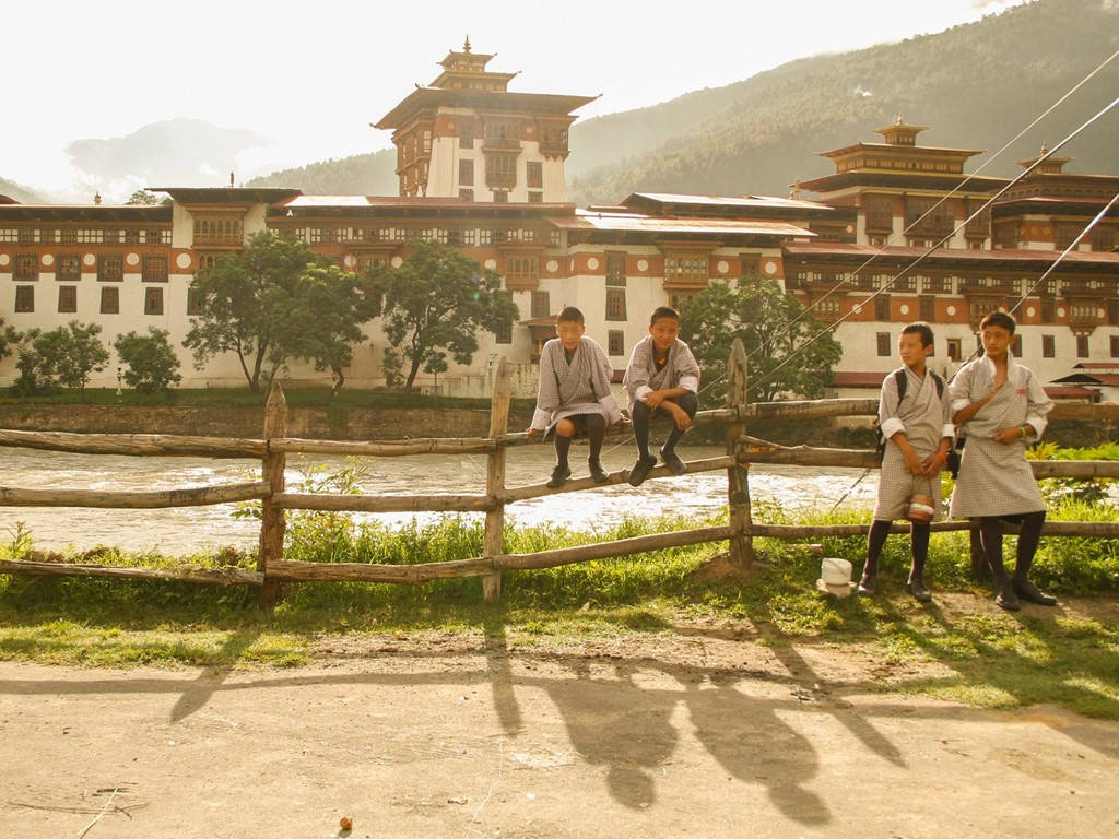 Học sinh ở thị trấn Punukha đang chờ xe bus trước dzong - một kiểu pháo đài kiêm tu viện ở Bhutan.