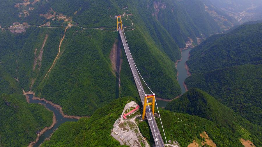 """Khai trương vào 15/11/2009, đây là cây cầu thứ 3 của Trung Quốc trong chưa đầy 10 năm nhận được danh hiệu """"cầu cao nhất thế giới""""."""