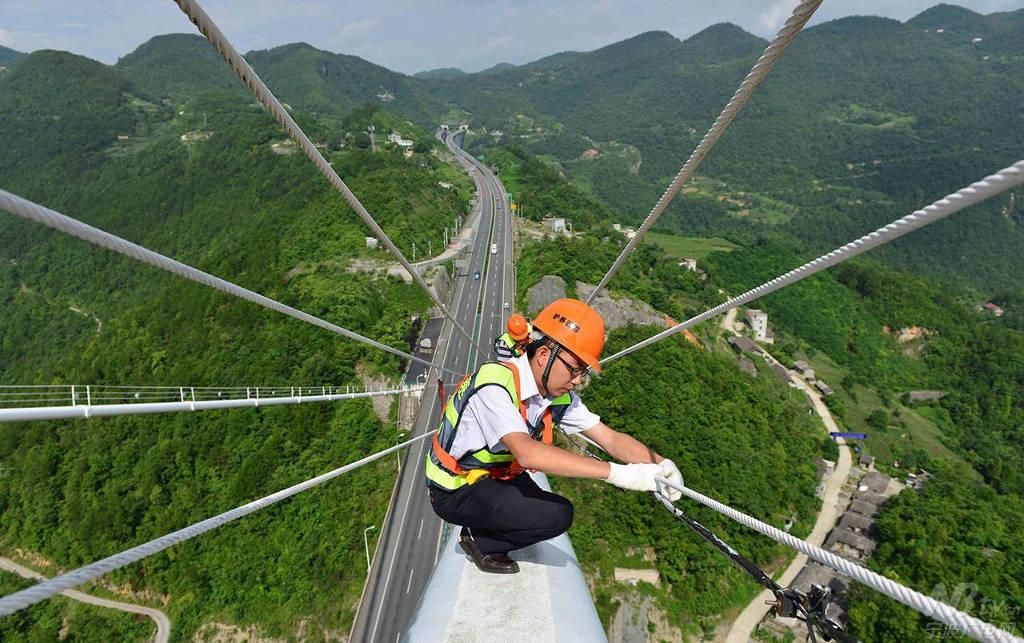 Các kỹ sư bảo trì làm việc trên cầu