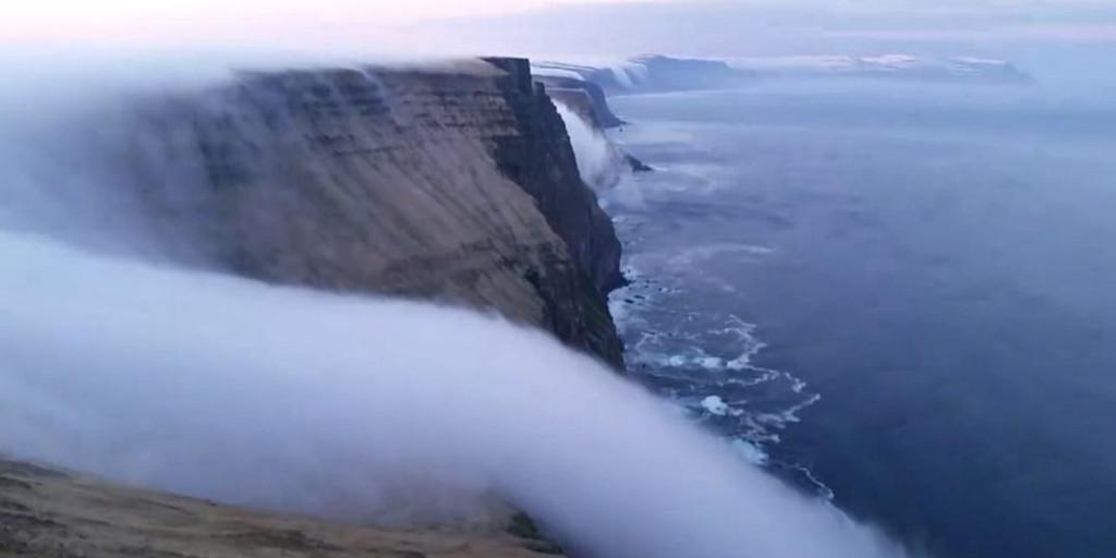 Thác nước này làm bằng sương mù chảy rất êm ả dọc theo vách núi.