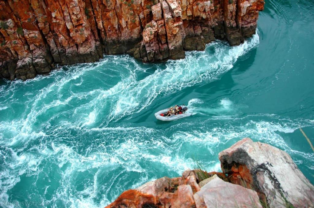 Tốc độ nước phóng qua hẻm núi hệt như thác đổ vậy.