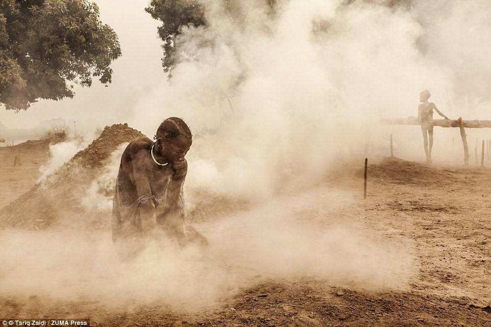 Người phụ nữ dọn dẹp khu đất trước khi đàn bò trở về. Họ còn có nhiệm vụ vắt sữa bò và trông nom con cái.