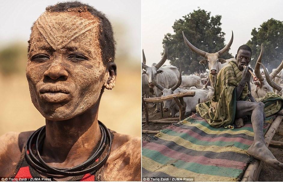 Người phụ nữ có khuôn mặt mang những vết sẹo theo nghi lễ của bộ tộc, trát đầy tro phân bò, một loại chất khử trùng tự nhiên giúp bảo vệ làn da họ khỏi côn trùng và ánh nắng mặt trời.