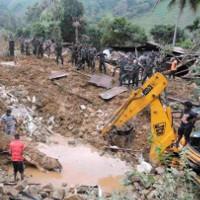 Mưa lớn gây ra hai vụ lở đất kinh hoàng, 150 người bị chôn vùi