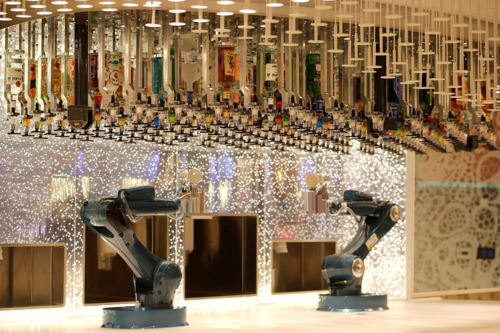 Quầy bar được phục vụ bằng robot. Ngoài ra còn có khoảng 20 dịch vụ ăn uống khác nhau.