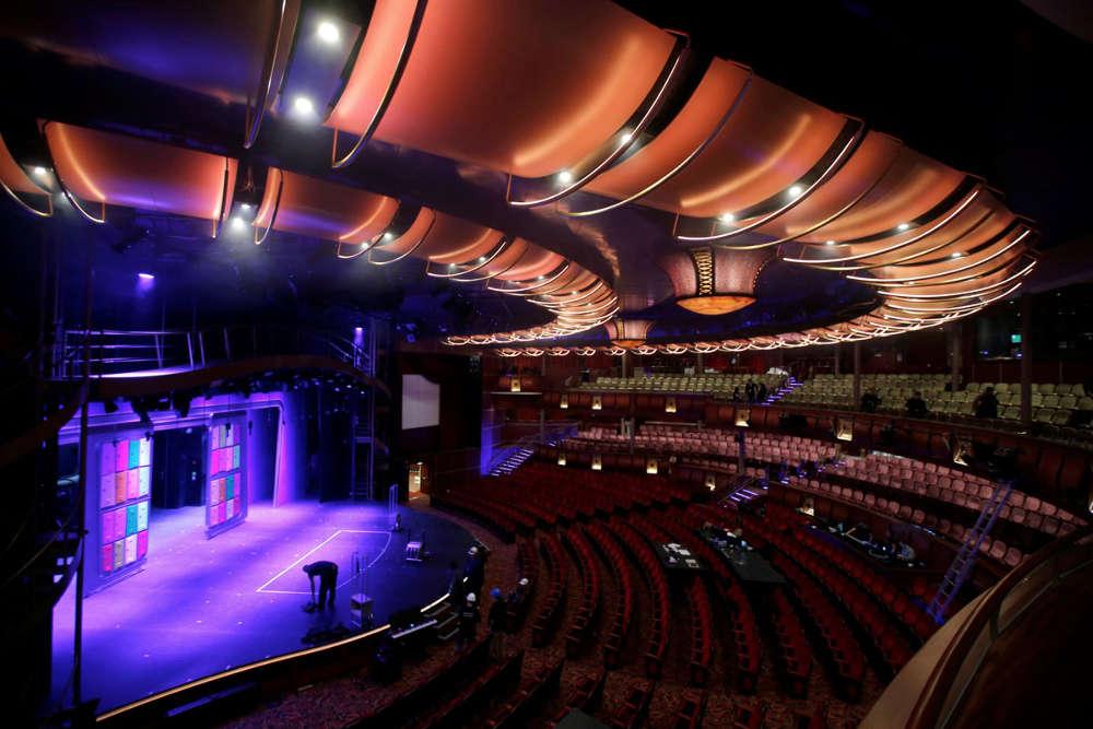 Còn đây chính là Nhà hát Hoàng gia ở gần mũi tàu.