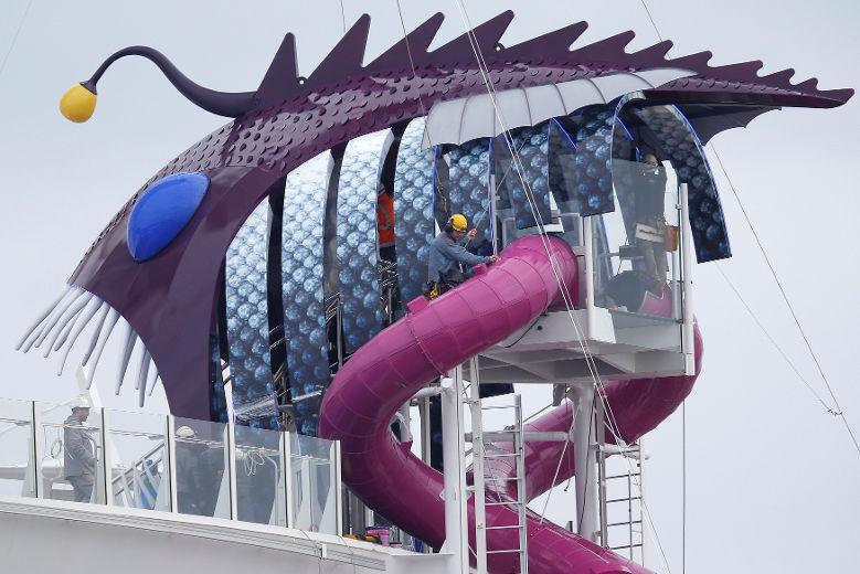 Harmony có 3 cầu trượt nước, mỗi cầu cao 10 tầng. Ngoài ra còn có 4 bể bơi và 10 bồn tạo sóng - 2 trong số đó được xây dựng theo dạng kiến trúc cantilever cho phép nhìn thẳng ra biển.