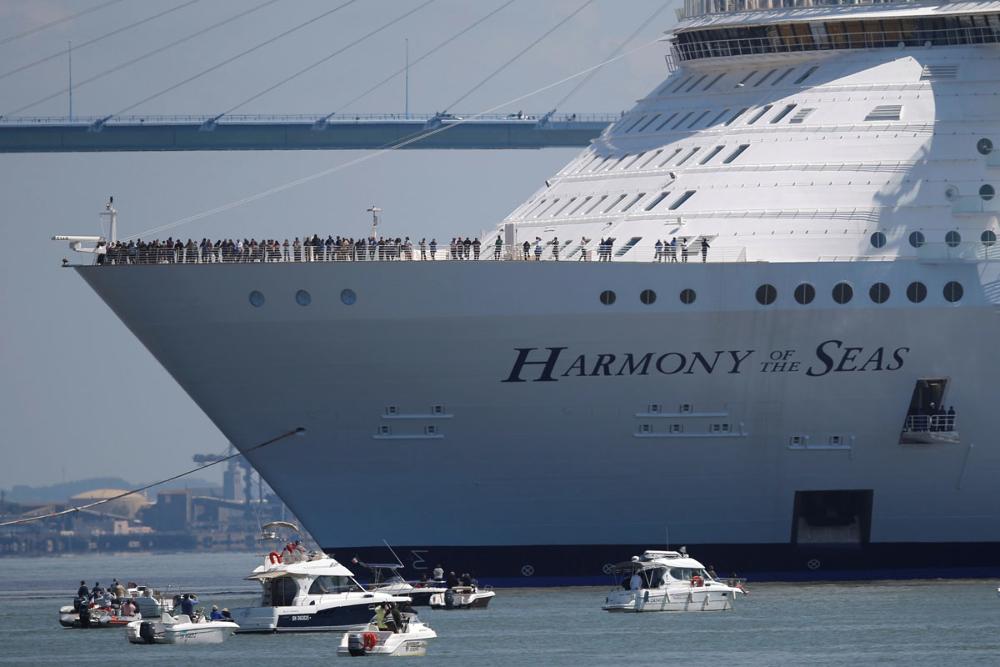 Harmony cũng được trang bị 4 chân vịt mũi giúp tàu cập bến.