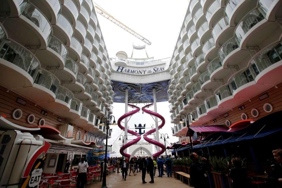 Harmony of the Seas được vận hành bởi 2,100 thuyền viên từ khắp nơi trên thế giới.