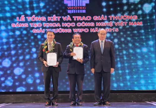 Ông Trần Văn Trà (ngoài cùng bên trái).